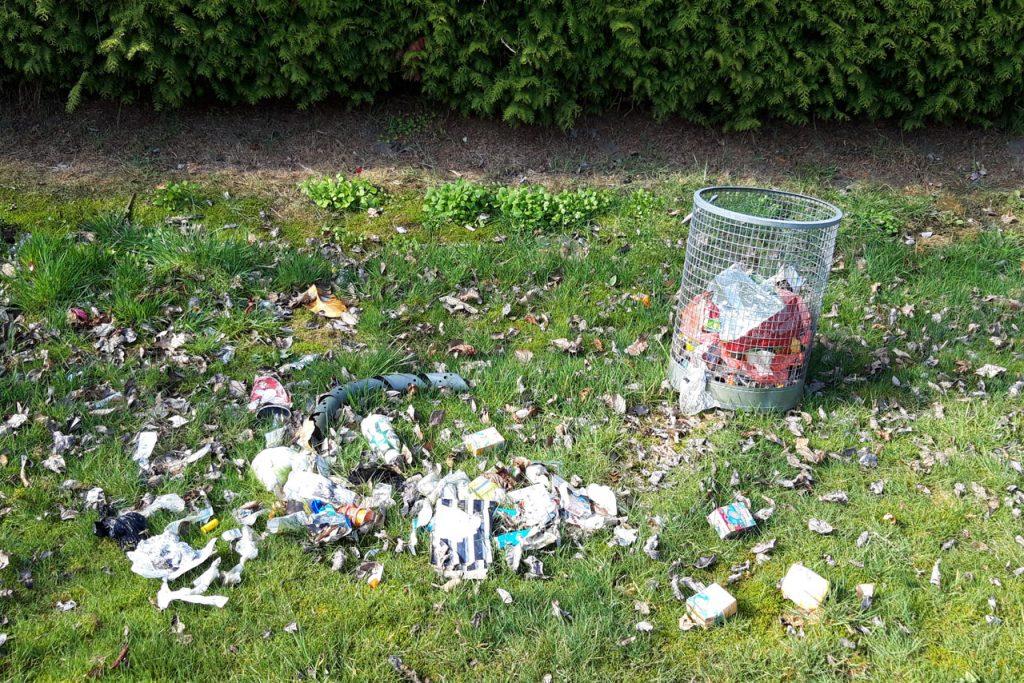 Mülleimer - ausgerechnet auf dem Spielplatz an der Flattstraße!